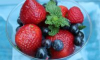 MOJITO-INSPIRED SUMMER BERRY SALAD – Sweet & Tart Goodness